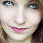 Megan sparte mit InternetOptiker.de beim Kauf Ihrer Halloween-Kontaktlinsen