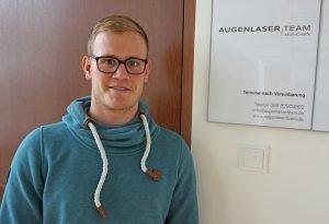 Kilian vor der Praxis des Augenlaser Team Münchens