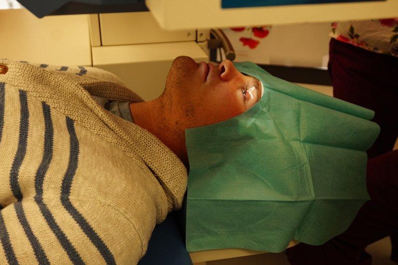 Femto-LASIK OP: Der Laser wird positioniert