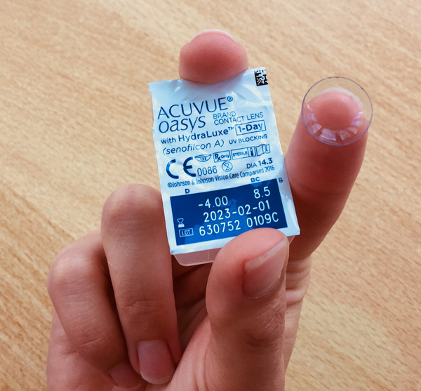 ACUVUE oasys 1-day: Blister-Verpackung und Kontaktlinse