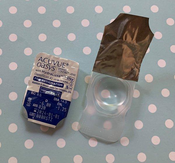 Die Acuvue Oasys 1 Day for Astigmatism mit leicht bläulichem Handling-Tint